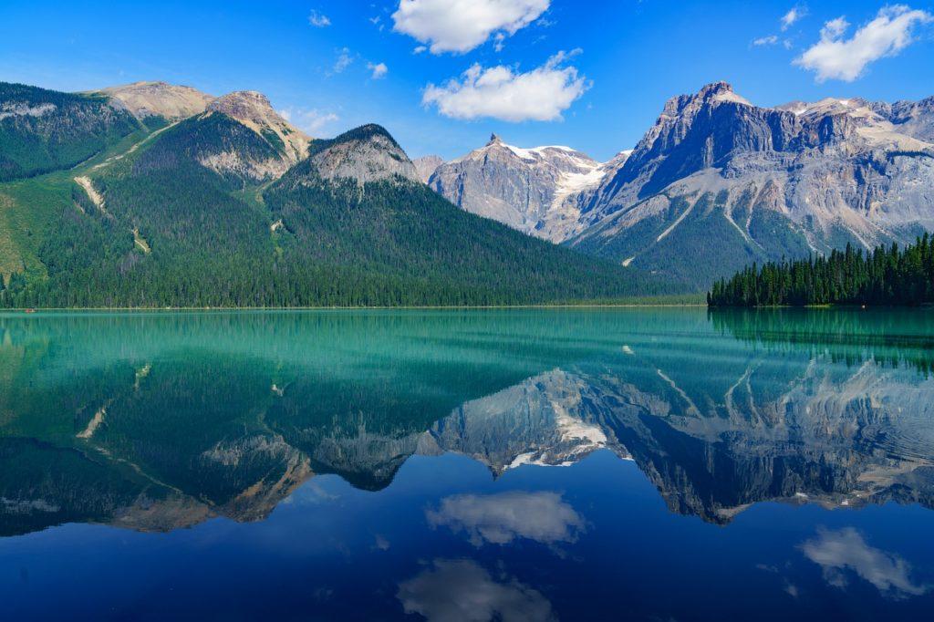 エメラルド色の湖